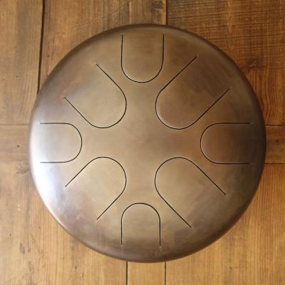Steel tongue drum de 40 cm de diamètre.